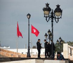 Тунистин Ла Гулетт шаарынын полиция кызматкерлери. Архив