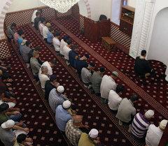 Мусулмандар мечитте. Архив