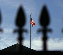 Вашингтон. Флаг США над Белым домом. Архивное фото