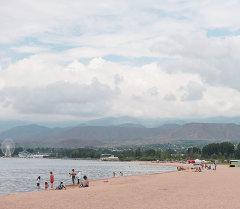 Пляж на озере Иссык-Куль. Архивное фото