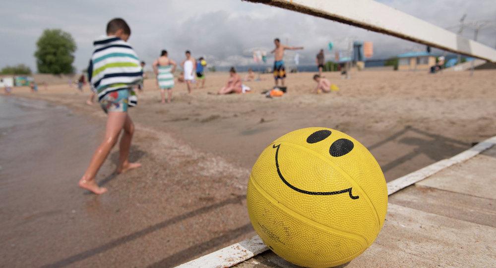Пляжный сезон, берег Иссык-куля. Архивное фото