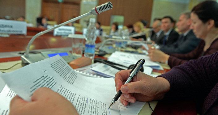 Конференцияда катышып аткан киши. Архив