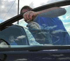 Автоунаанын терезесиндеги караңгылатууну алып салуу. Архивдик сүрөт