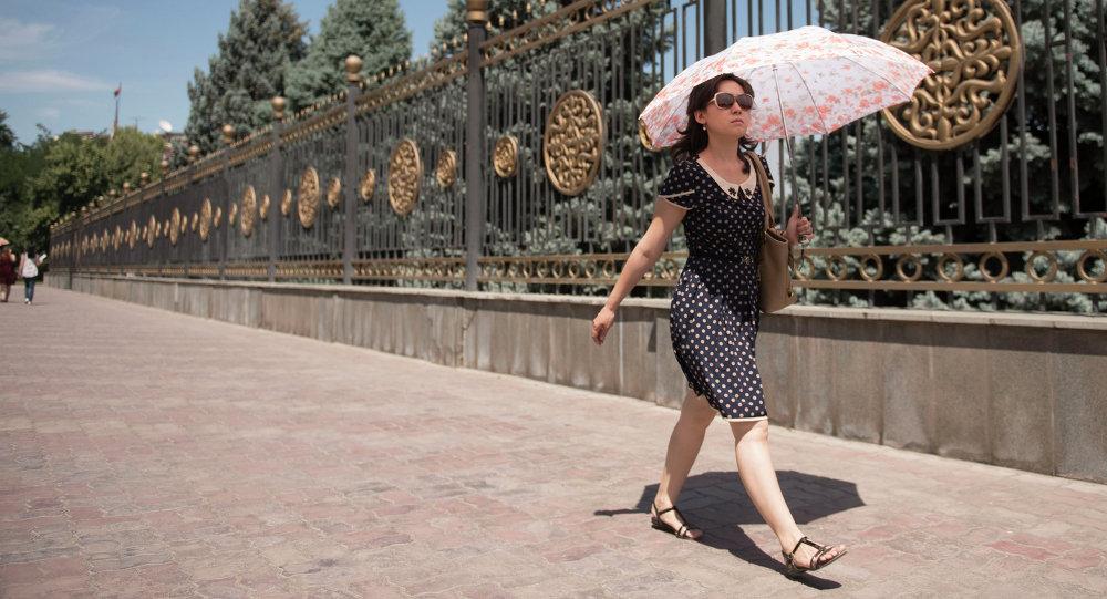 Девушка с зонтом в жару. Архивное фото