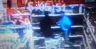 Сотрудники московской полиции проводят проверку по заявлению мужчины о нападении на него охранника одного из магазинов столицы. Смотрите кадры инцидента, снятые камерой видеонаблюдения.