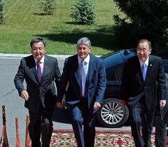 Жогорку Кеңештин төрагасы Асылбек Жээнбеков жана Кыргызстандын президенти Алмазбек Атамбаев. Архив