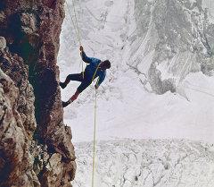 Тоодо жүргөн альпинист. Архив