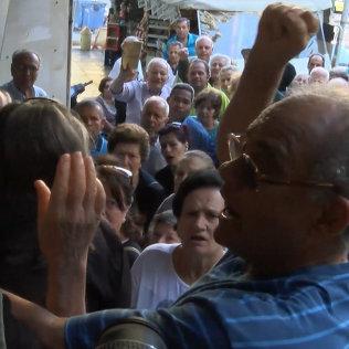 Пенсионеры в Афинах устроили акцию протеста против введения лимита на снятие средств со счетов и выстроились в очереди перед зданием Национального банка Греции.