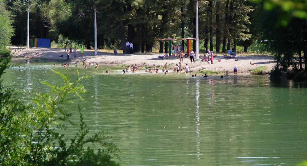 Дети купаются на озере Пионерское. Архивное фото