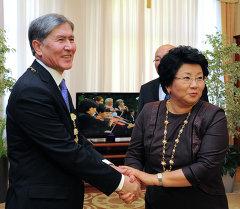 Архивное фото экс-президента Розы Отунбаевой и новоизбранного президента Алмазбека Атамбаева
