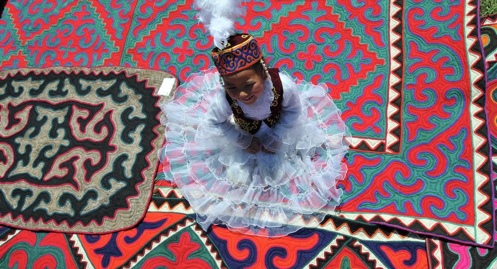 Соң-Көлдөгү фестивалда чет элдик туристтер үчүн төрт котормочу-гид иштейт