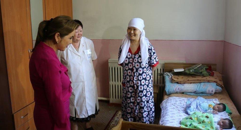 Вице-премьер-министр КР Дамира Ниязалиева от имени правительства оказала материальную помощь Бактыгуль Камчыбек кызы матери тройни.