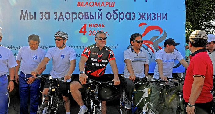 Члены кабмина во главе с премьер-министром Темиром Сариевым приняли участие в велопробеге.