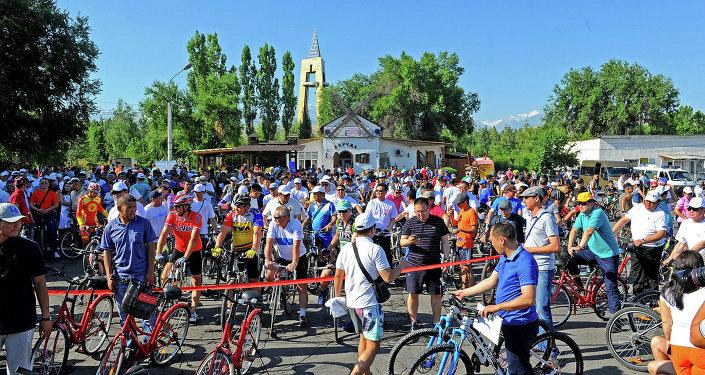 В Бишкеке в субботу прошел массовый велопробег приуроченный ко Дню медицинского работника.