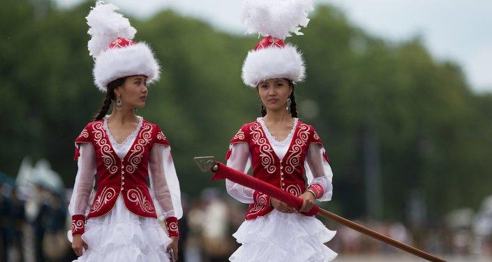 Кыздар кыргыздын улуттук кийиминде. Архив