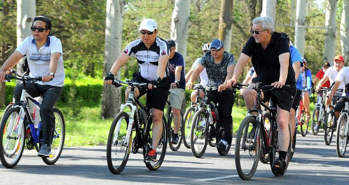 Велосипедисты проехали по маршруту от столичного парка Победы до Старой площади.