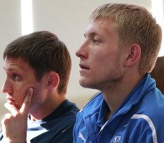 Футболисты Виталий Бордиян (слева) и Валерий Кичин. Архивное фото