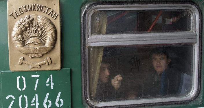 Пассажиры поезда в Москве. Архивное фото