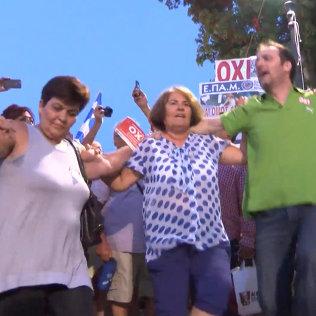 СПУТНИК_Греки танцевали и водили хороводы в Афинах после объявления итогов референдума