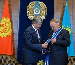 Президент Алмазбек Атамбаев Казакстандын өлкө башчысы Нурсултан Назарбаев менен. Архивдик сүрөт