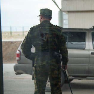Кыргызстандын чек ара кызматкери. Архивдик сүрөт