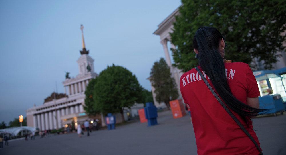 Москва шаарындагы мигрант кыз. Архив