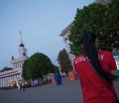 Девушка с надписью Кыргызстан в Москве. Архивное фото