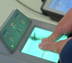 Человек сдает биометрические данные. Архивное фото