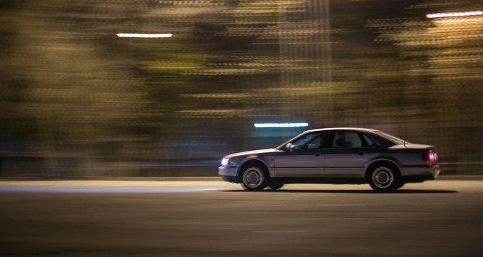 Машина на скорости едет в центре города Бишкек. Архивное фото