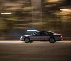 Машина на скорости едет по дороге. Архивное фото