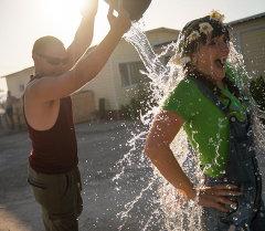 Люди обливались водой из ведра