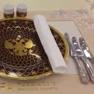 Тарелки с золотым орлом, 3D-экраны и бабочки — зал приема
