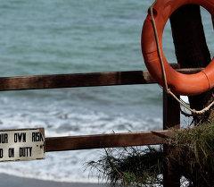 Спасательный круг на берегу. Архивное фото