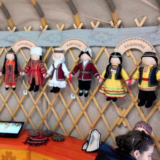 Куклы в национальных костюмах стран-участниц саммитов