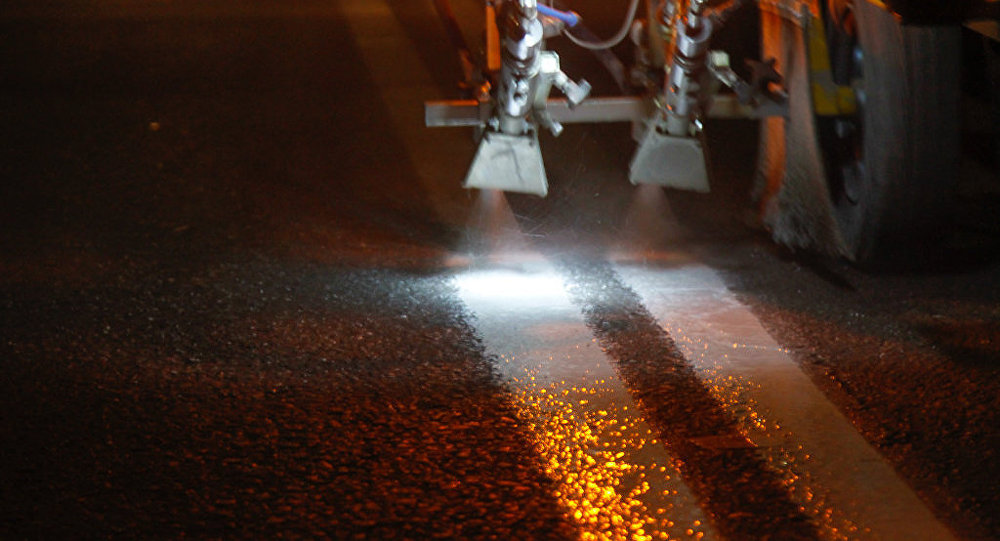 Нанесение дорожной разметки на столичные дороги. Архивное фото