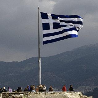 Греческий национальный флаг на верхней смотровой площадке Акрополя. Архивное фото