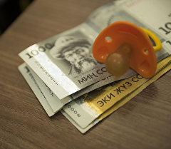 Детская соска на национальной валюте. Архивное фото