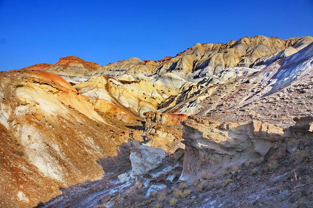 Радужные горы Сары-Тоо находятся в 18 километрах к западу от кишлака Самаркандык Баткенской области, в урочище Шадымир. Эти необычные горы выглядят, как слоеный пирог. Красочные сюрреалистические пейзажи образует песчаник, окрашенный осадочными породами мелового периода. Когда-то эти цветные горы были дном древнего Сарматского моря.