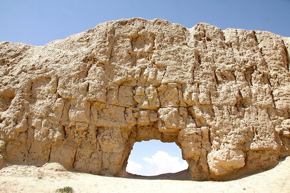 Руины города-крепости Кошой-Коргон, находящиеся на территории Ат-Башинского района Нарынской области, расположены на высоте 3000 метров посреди малолюдного плато Ат-Баши. Название дано в честь легендарного богатыря Кошоя — одного из полководцев Манаса.