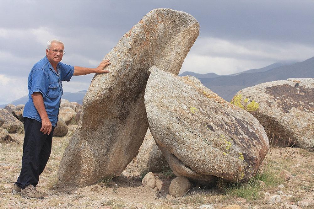 Петроглифы и мегалиты Орнока. Орнок — уникальное место, одно из богатейших собраний петроглифов в Прииссыккулье и вообще в  Кыргызстане. На площади 6 квадратных километров расположено более 2 тысяч камней с различными изображениями. Они сравнимы с петроглифами Саймалуу-Таш, но более доступны для посещения и поэтому имеют большое значение как туристический объект.