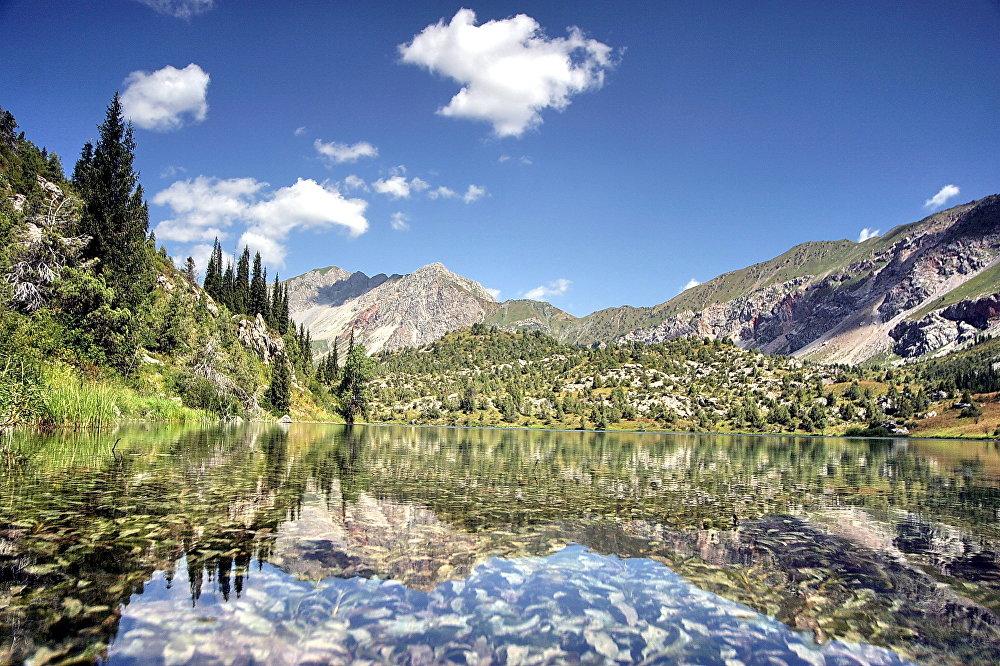 Сары-Челек в ожерелье семи озер — бриллиант в горном обрамлении. Высокогорное озеро по праву считается самым красивым местом на западе КР. Кроме него, в одноименной биосферной зоне есть еще шесть мелких озер, таких, как Кыла-Коль, Арам-Коль, Ыри-Коль, Черек-Коль и другие. И хоть эти озера не такие крупные, как Сары-Челек, их красота поистине неповторима, а туристический потенциал просто безграничен, как безграничны легенды и тайны, их окружающие.