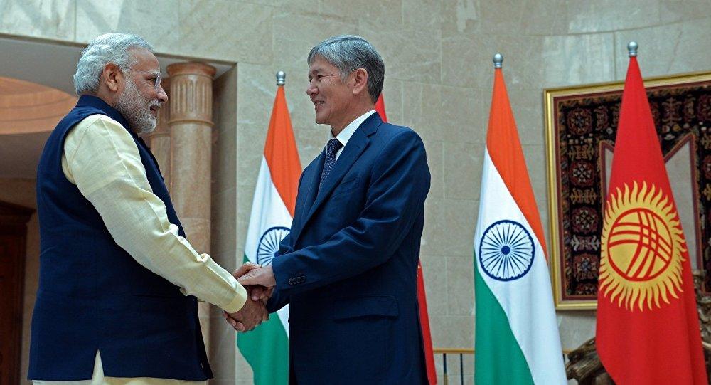 Президент Алмазбек Атамбаев во время встречи с премьер-министром Индии Нарендрой Моди. Архивное фото