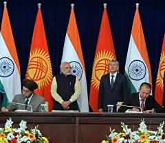 Индиянын премьер-министри Нарендра Моди Кыргызстанга келип, президент Алмазбек Атамбаевдин катышуусунда кызматташууу боюнча ири төрт документке кол коюлду.