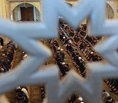 Мусульмандар мечитте намаз убагында. Архив