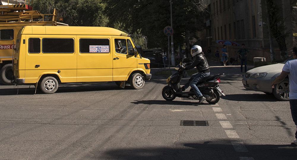 Маршрутное такси на улицах Бишкека. Архивное фото