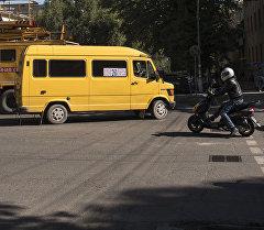 Бишкектик кыз элди ашыкча салган маршруттук таксилер үчүн өкмөттү сотко берди