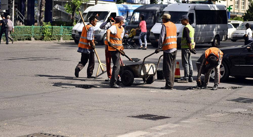 Сотрудники городской службы во время ямочный работ в Бишкеке. Архивное фото