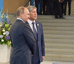 Президент Российской Федерации Владимир Путин (слева) и Президент Кыргызской Республики Алмазбек Атамбаев. Архивное фото