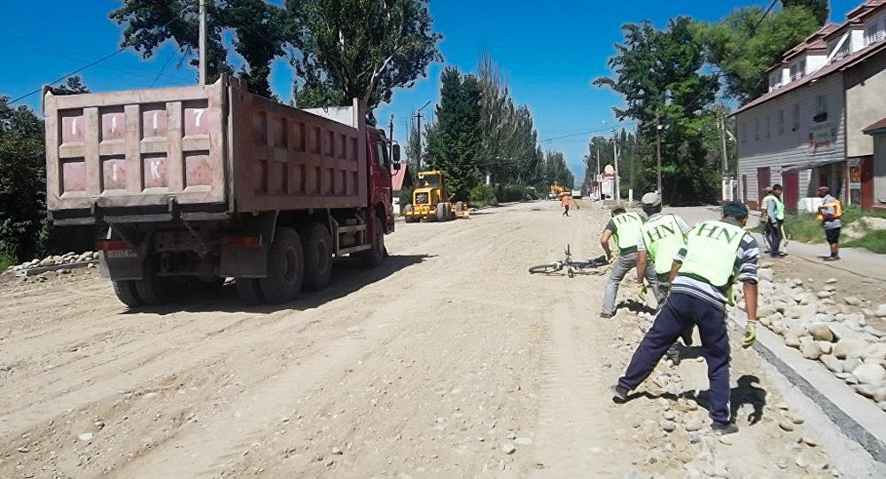 В Караколе впервые укладывают дорогу в четыре полосы.