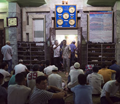 Мусульмане в мечети в ночь кадыр тун (Ночь предопределения). Архивное фото